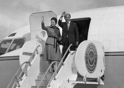 الزعيم الراحل السادات وزوجته جيهان