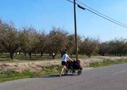 الأم مسابقة للجري برفقة 3 توائم