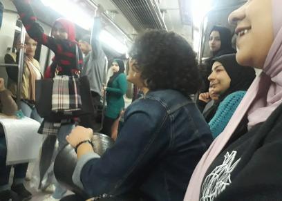 جنة وبسمة داخل مترو الأنفاق