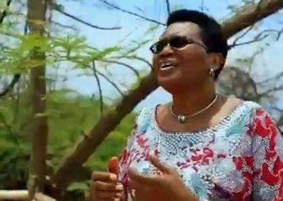 دينيس وهي تغني دعمًا للمرأة التي لا تنجب