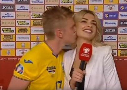 لاعب كرة قدم يقبل إعلامية على الهواء احتفالا بالفوز
