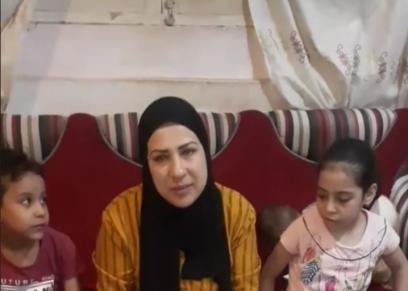الأم مع أطفالها