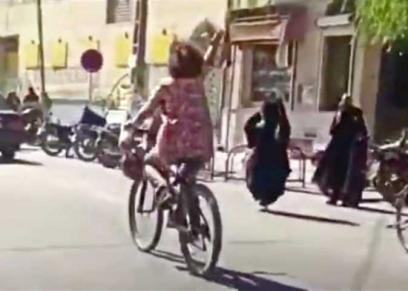 احتجاز إيرانية بتهمة ركوب دراجة بدون حجاب