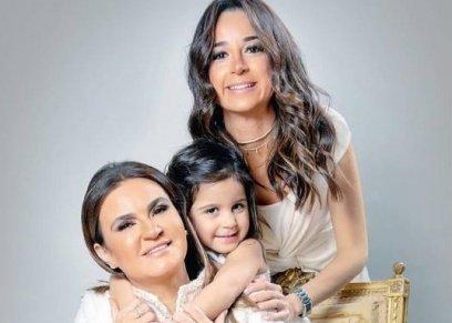 الدكتورة سحر نصر وابنتها وحفيدتها