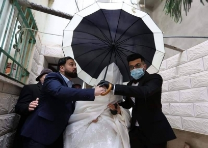 زفاف عروسين بالكمامات