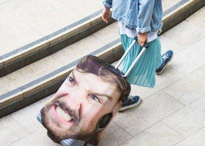 حقيبة مطبوع عليها أحد الصور الشخصية