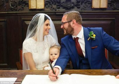 عروسة ترضع طفلها في حفل زفافها