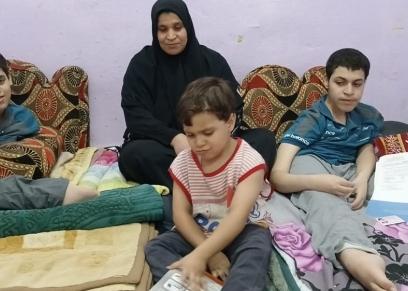 الأم زينب وسط أطفالها الثلاثة