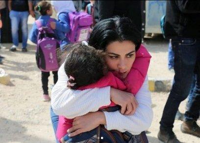 بالصور| صبا مبارك تحتضن لاجئة سورية في أحد المخيمات: