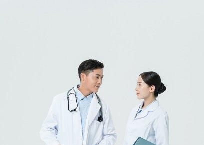 الإفتاء توضح حكم تواجد الممرضة مع الطبيب في عيادة خاصة دون محرم