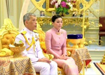 بالصور| من مضيفة طيران إلى زوجة الملك.. تعرف على ملكة تايلاند الجديدة