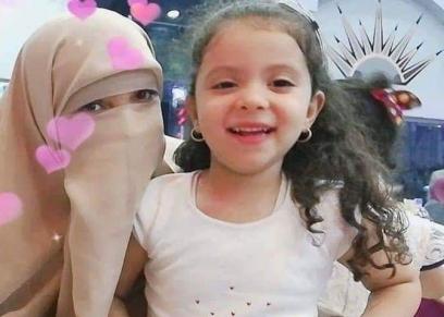 الطبيبة منار سامي مع ابنتها