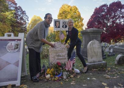 المواطنون خلال زيارة قبر سوزان أنتوني