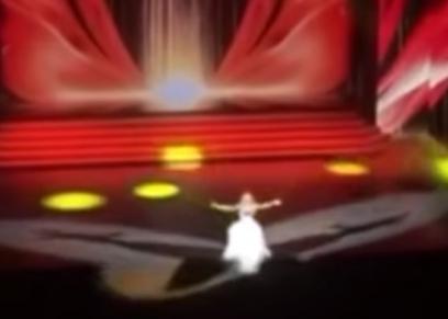 سقوط المغنية الروسية أنستاسيا فيشنيوفسكايا عن المسرح
