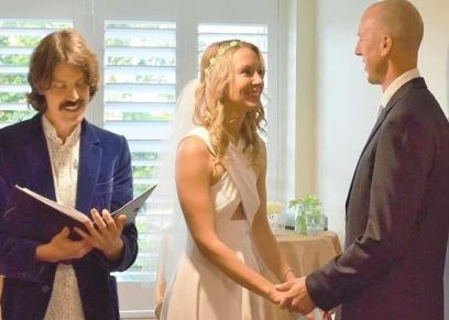 العروسة وزوجها أثناء عقد قرانهما
