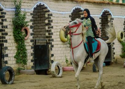 أول مدرسة لتعليم الفتيات ركوب الخيل في قنا