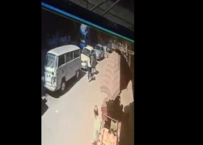 شاب يعتدي على فتاة بالضرب