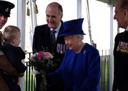 ملكة بريطانيا إليزابيث الثانية والطفل ألفيه