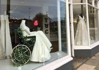 بالصور| متجر لبيع فساتين الزفاف يستعين بـ