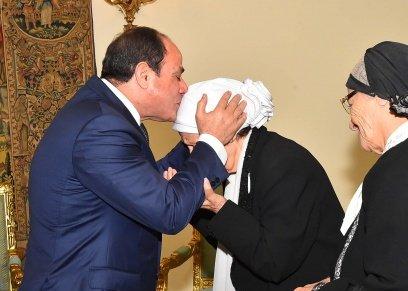 الرئيس خلال ترحيبه بالسيدتين المتبرعتين لصندوق تحيا مصر