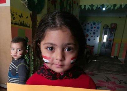 مشاركة اطفال الحضانة بعلم مصر ولافتات للحث على المشاركة