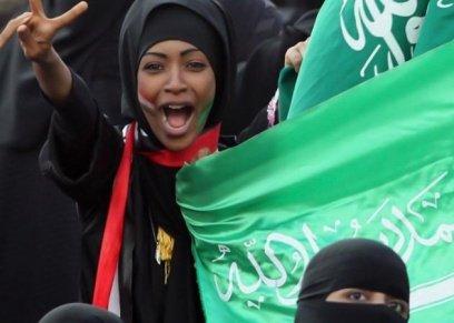 كرة القدم بالسعودية عباءات التشجيع النسائية