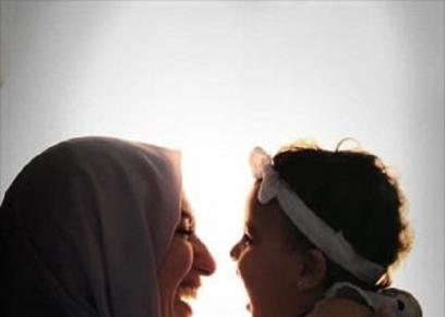 «يمنى» مع ابنتها «ليلى»