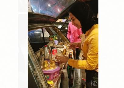 أسماء اسماعيل تحول سيارتها لبيع المشروبات