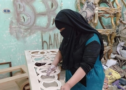 هبة أول سيدة تعمل في مهنة الأسترجى في دمياط بحلم أكون صاحبة مصنع