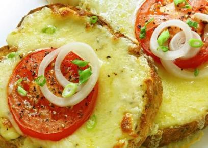 توست بالطماطم المشوية والجبنة وزيت الزيتون