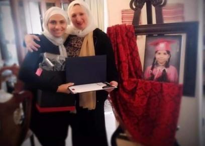 مديرة المدرسة مع والدة الطالبة جومانا
