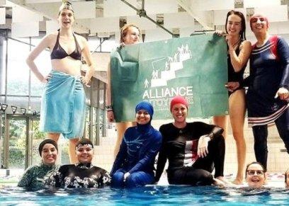 نساء مسلمات يتحدين حظر البوركيني في حمام سباحة بفرنسا