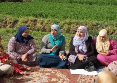 سيدات خلال تلقي الارشادات داخل المدرسة الحقلية