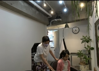 مصففة الشعر اليابانية يوكي اوهار مع طفلة مصرية