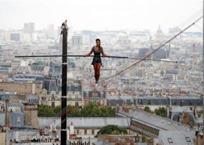 لاعبة تمشي على حبل بارتفاع 35 مترا