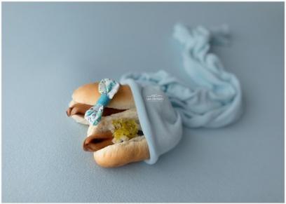 فتاة تستغل الحظر المنزلي في تصوير الأطعمة بأوضاع الأطفال حديثى الولادة