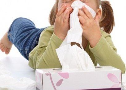 استشاري أطفال يوضح الطريقة الصحيحة لغسل أنف الرضيع