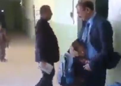 مدرس يحتضن التلاميذ قبل دخولهم للفصول