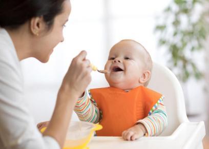طفل يتناول البليلة