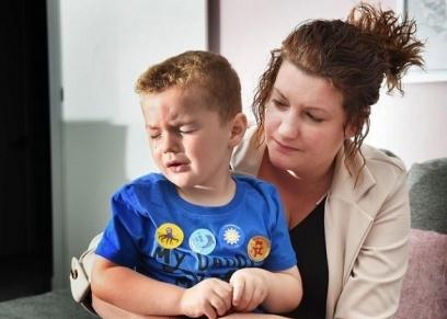 طفل مهدد بفقدان عينيه بسبب معقم اليدين