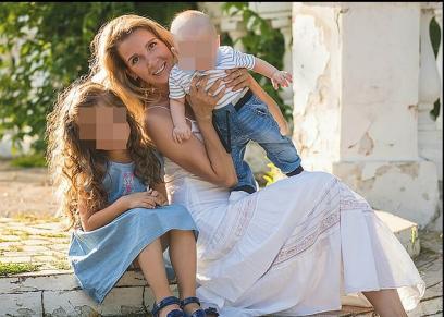 بسبب طلبها الطلاق منه.. زوج يخنق زوجته ويضع جثتها في حقيبة