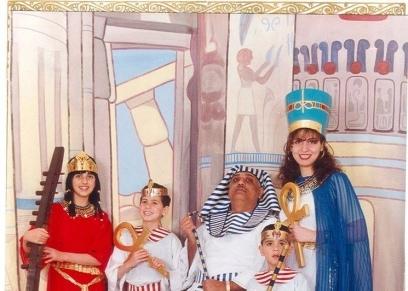 دانة وعائلتها بالزى الفرعونى