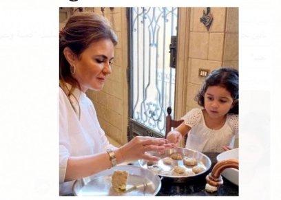 بالفيديو| وزيرة الاستثمار سحر نصر تصنع كحك العيد في المنزل  برفقة حفيدتها