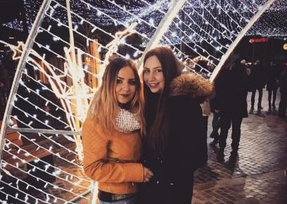 سارة عادل وصديقتها الفرنسية