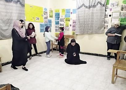 الفتيات أثناء بروفة المسرحية