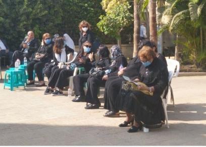 إلتزام المعزيين بارتداء الكمامات قبل تشييع جثمان فرخندة حسن