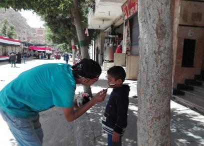 «أحمد» يرسم علم مصر على وجوه الأطفال: «كله بيسترزق»