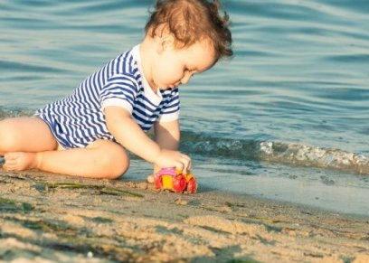 10 نصائح للحفاظ على بشرة الطفل من حروق الشمس