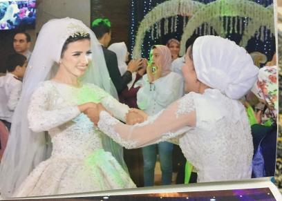 فتاة ترتدى فستان ابيض فى حفل زفاف شقيقتها