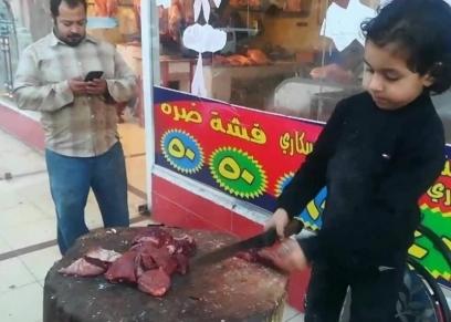 الطفل عبدالله سليمان خلال عمله بالجزارة